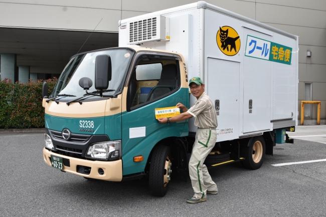 出発式で、車両にステッカーを貼付する、 神奈川主管支店 高橋 伸之介さん