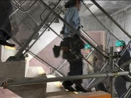 写真1 避難経路を通り避難する作業員