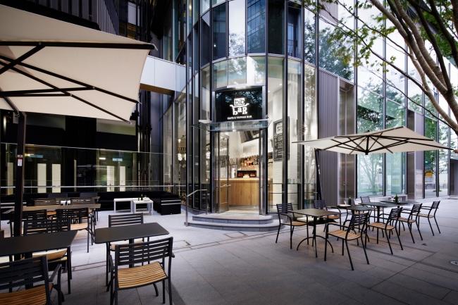 心地よい風が吹き抜けるオープンテラスは昼も夜も人気のお席。