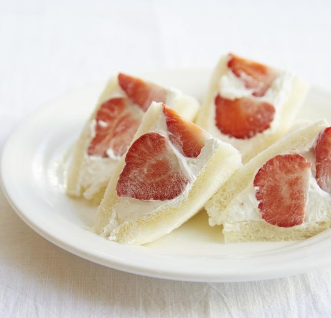 農園限定の大粒のあまおうをごろりと挟んだサンドイッチ。 「フルーツむらはた」 あまおうサンド(1人前)1,001円 【各日限定50】