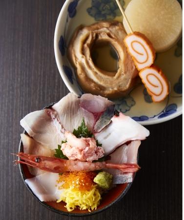 旬の魚がたっぷりの海鮮丼や、加能かに丼。人気の金沢おでんと一緒に。 「あまつぼ」プチ海鮮丼・ 金沢おでんのセット (1人前)2,580円
