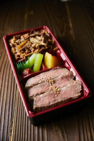 「いぶき牧場」A5ランク宮崎牛サーロインと肩ロースのすき焼き弁当(1人前)2,640円
