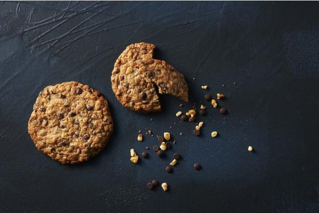 """「ダブルツリーbyヒルトン那覇首里城」 25年にわたり世界各地の""""ダブルツリーbyヒルトン""""に宿泊のお客様に振舞われたチョコチップクッキーが特別に。クルミやオーツをふんだんに使用したアメリカンクッキー。表はカリッと中はしっとりの絶妙な食感が癖になる一品。"""