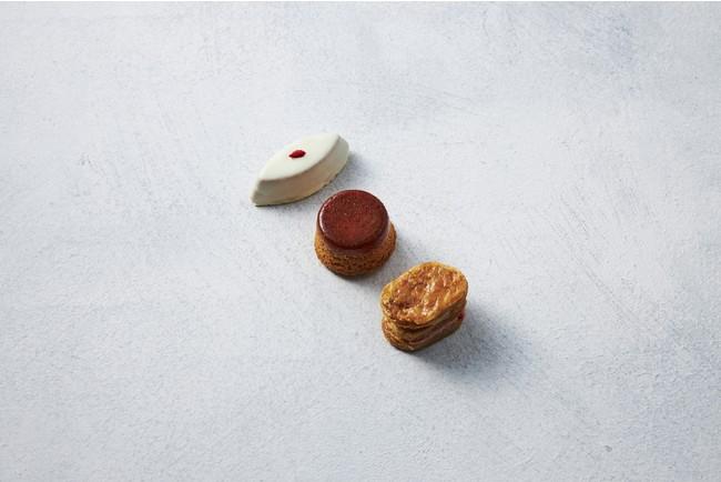 「TiMi」 低温でローストしたアーモンドスライスをたっぷり混ぜてサクサクの杏仁豆腐。バリバリのブリゼ生地で苺チョコレートをサンドしたミルフィーユ。バニラ生地にバリッとしたキャラメルを合わせたプリンなど、3つの食感を味わえるクッキー。 ビスキュブトロワ(1