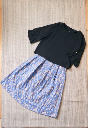 ブラックのブラウスは透け感と、切り替えを入れ腕回りをゆったりとさせたレース袖がポイント 「クイーンズコート」ブラウス(15号)14,300円 ※スカートは参考商品