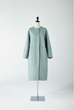 リバーシブル使用の2TONEリバーコート。表と裏の異なる配色で、その日の気分やシーンで着る色をチョイス。 「アドーア」101,200円