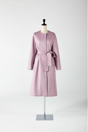 上質なカシミヤ100%のコート。選べる6色のカラーバリエーションと程よくゆとりのあるサイズ感でスッキリとしたシルエットが特徴。 「アナイ」 154,000円