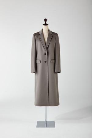 イタリア社製の上質なカシミヤを採用したチェスターコート。毛足を長く仕上げることで光沢が美しい高級感のある一着。 「セオリーリュクス」220,000円