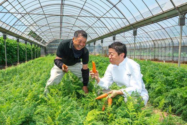 海老原ファームにて。生産者の方と食材を確認する統括料理長 太田高広