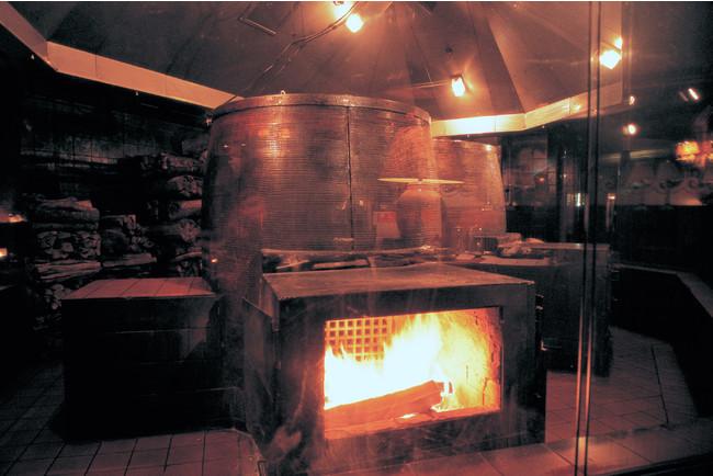 世界中のトレーダーヴィックスに必ず存在する、全長2mの薪窯。