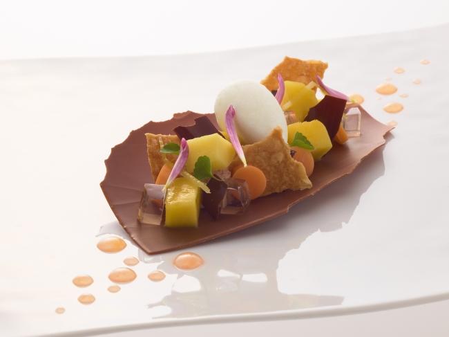 ミルクチョコレート アゼリア マンゴーと生姜風味のココナッツシャーベット CHOCOLAT AZÉLIA en chantilly, éclats de mangue et sorbet coco-gingembre