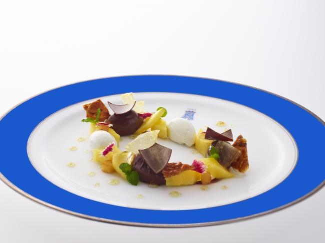 CHOCOLAT TAÏNORI crémeux entouré d'ananas, éclats de tuile d'amandes au grué de cacao et glace à la fève de Tonka
