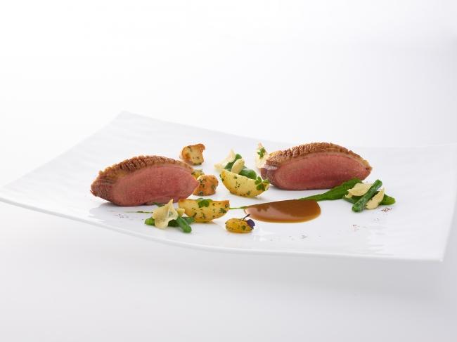 CANETON à la sauce diable, fricassée de girolles aux amandes amères et haricots verts aillés