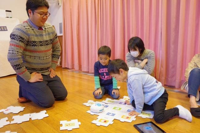 ▲プログラミングを体験する園児たち
