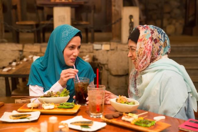 権八で食事を楽しむムスリム女性