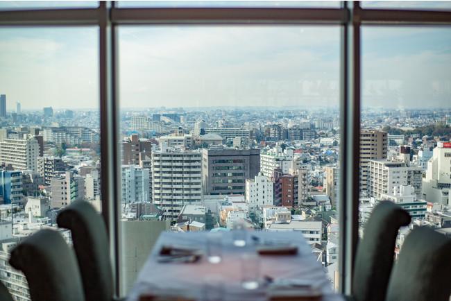 渋谷の景色を眼下に望む窓側席