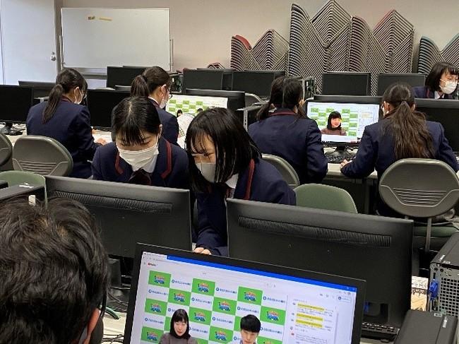 【インターネット大会に参加する高校生の様子】