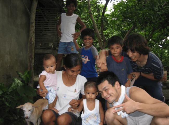 代表美濃部の学生時代、フィリピンの子どもたちと
