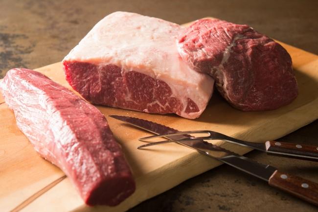 厳選された赤身肉を約40日間じっくり熟成。