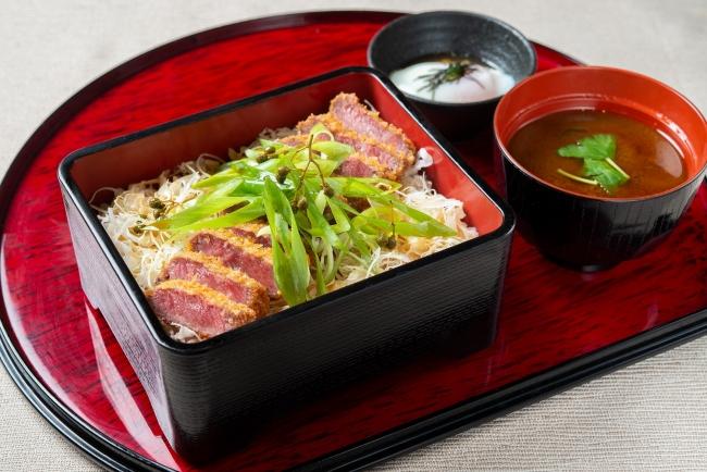 【京都勝重】山椒香る特製ダレを使用し、九条ネギをたっぷりのせた贅沢御重。