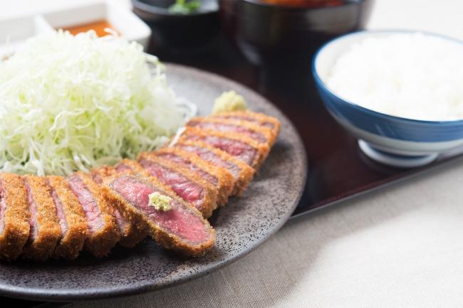 【牛ロースカツ膳】赤身の旨みを引き出した京都勝牛の定番。