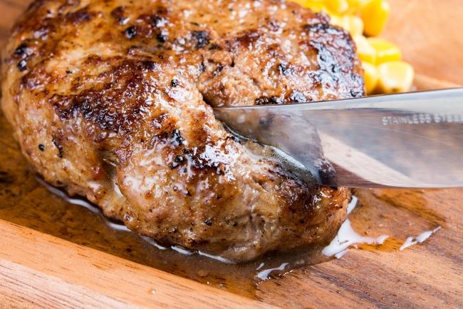 毎日手ごねにこだわる「熟成牛ハンバーグ」溢れる肉汁をお楽しみください。
