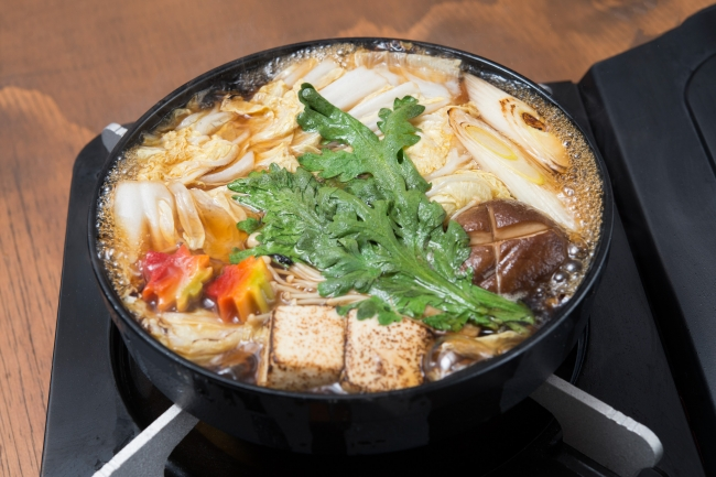 ①野菜を牛脂で香ばしく焼いたら、割り下でぐつぐつ。