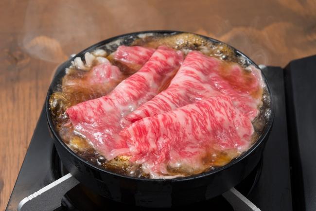 ②美しいサシの入った和牛を鍋一面に敷き詰める!