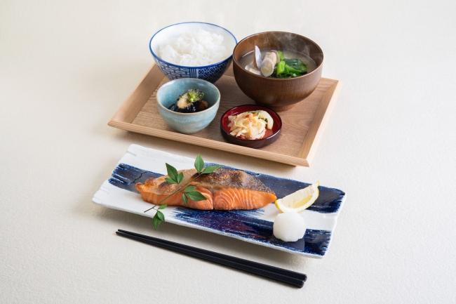 『銀鮭の塩焼き定食』肉厚でふっくら。こだわりの大きな銀鮭は食べ応え抜群。