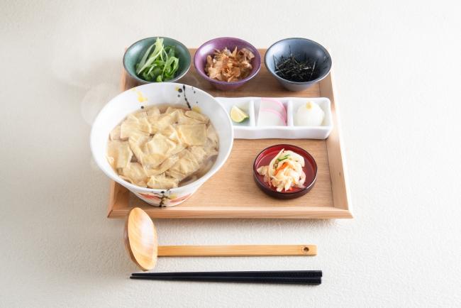 『湯葉うどん』京風の上品な湯葉のおうどん。六種の薬味で味の変化をお楽しみください。