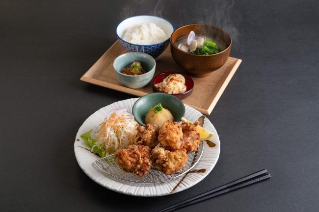 『鶏の唐揚げ定食』正直旨い。自家製の漬けだれでもみ込んだ自慢の逸品です。
