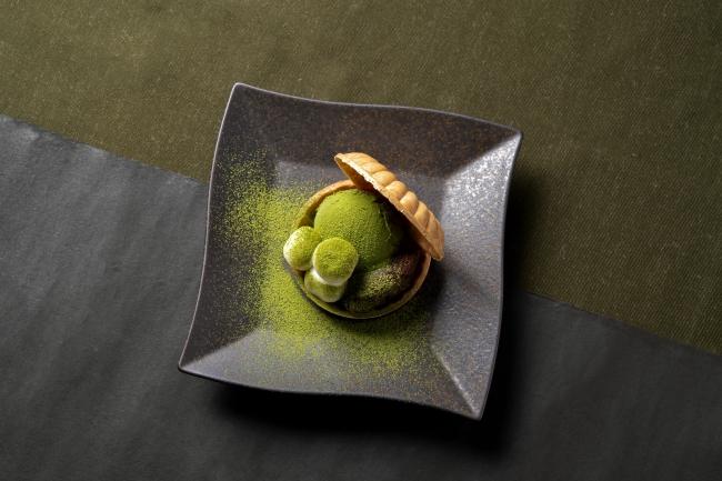 『京都宇治抹茶モナカ』さくっと心地よい食感の香ばしもなかに、たっぷりのアイスともちもち白玉を挟みました。