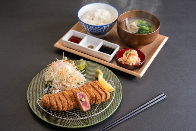 『牛ロースカツ定食』京都勝牛の看板メニュー。赤身と脂身のバランスが良く牛肉本来の味わいを楽しめる。