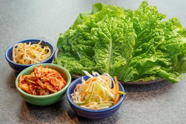 「女性の手のひらサンチュ」をはじめ、ナムル・生キムチ・パチョレギ・エリンギなど、新鮮野菜がたっぷり入ってます!