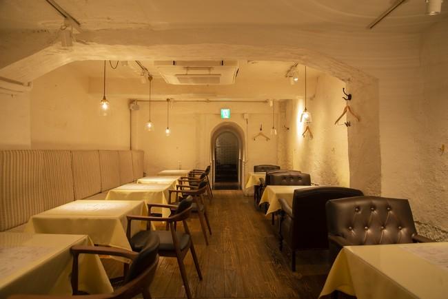 地下に広がる白い洞窟のような特徴的な空間では、日々の喧騒を忘れてゆっくりとお食事をお楽しみいただけます。
