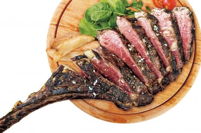 塾成牛は、骨ごと熟成させることで肉のポテンシャルを最大限に引き出せる。複数人でシェアできる骨付きステーキも用意。