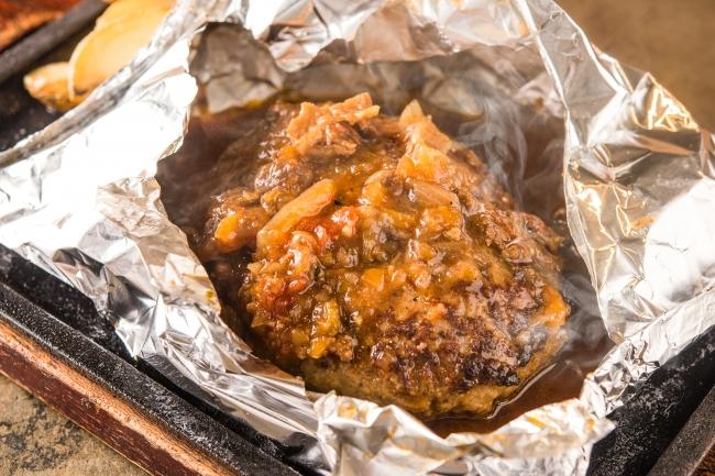 自家製ミートデミグラスの包み焼きハンバーグ。熟成牛を練りこむことで凝縮された肉の旨みと溢れる肉汁を楽しんでいただけます。