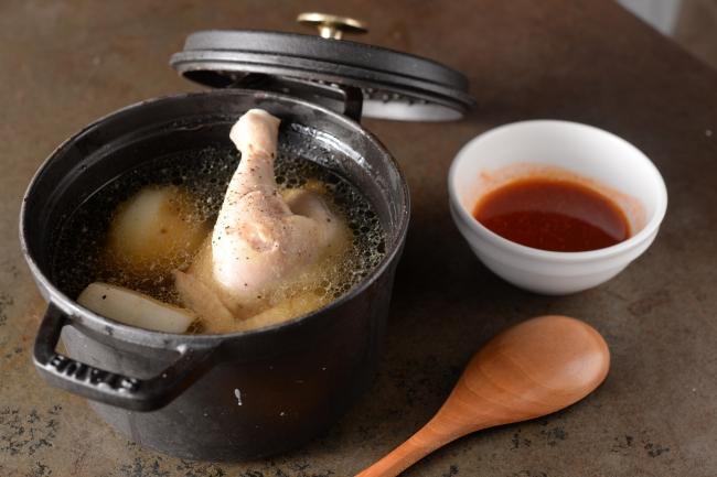 じっくり煮込んだ丸鶏はほどける柔らかさ。お好みでパクチーを加えて味の変化を楽しんで。