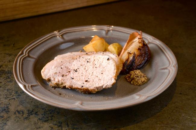 北海道産ブランド豚「夢の大地豚」使用。じっくり焼き上げ肉汁を凝縮させました。