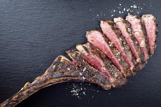 旨みの塊と言われる骨ごとドライエイジングを施した熟成牛の最高峰『トマホークステーキ』