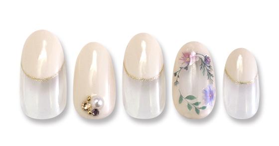 人気のくり抜きデザインを優しい色合いのお花で囲んだ薬指がポイント。丸フレンチと合わせて大人かわいいネイル。