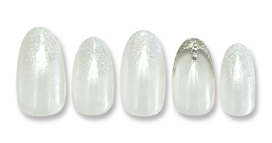 純銀配合のラメグラデーションがシンプルながらも上品な大人ネイル。キラリと光るストーンがポイント!