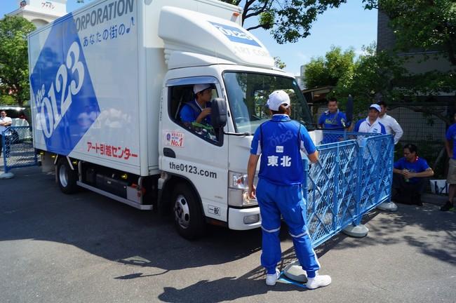 2tトラックでギリギリのコース内に縦列駐車する技術を競う「運転技術」競技