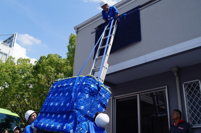 2Fベランダから家具を吊り上げて 搬入する「窓吊り技術」競技