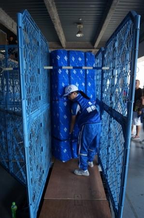 障害物を避けながら狭い通路内で 大型冷蔵庫を運搬する「運搬技術」競技