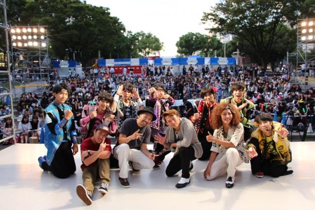 世界大会優勝者など「世界レベル」のダンサー達と記念撮影する祭nine.メンバー