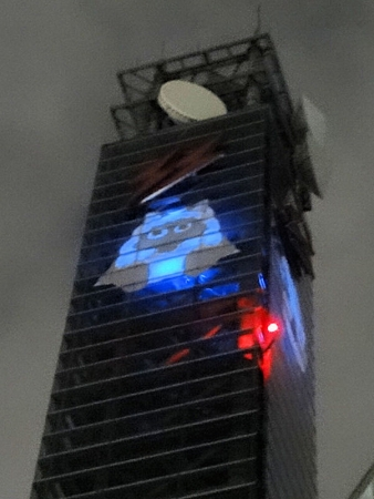 鉄塔のウルフィも青くライトアップ