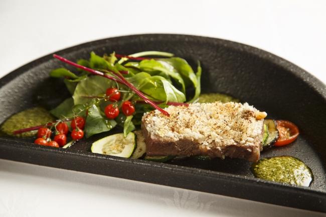 ビーフグリルの香草パン粉焼き サラダ仕立て