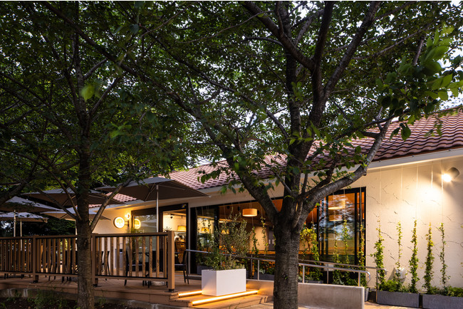 桜並木に面した戸建ての別荘風カフェレストラン