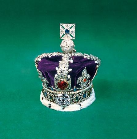 英国の至宝、 大英帝国王冠。 カットされたダイヤモンド原石の うち、 2 番目に大きい「カリナン II 世」が飾られています。
